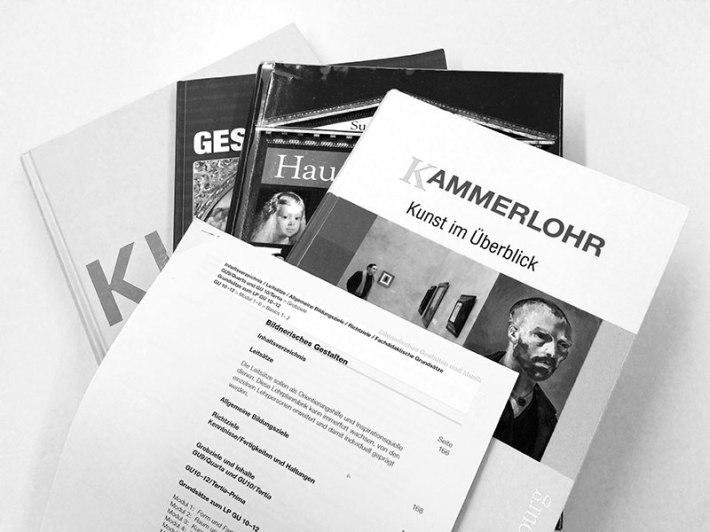 Aktuelle Lehrmittel und Lehrplan im Fach Bildnerisches Gestalten. (Bild: Annika Hossain)